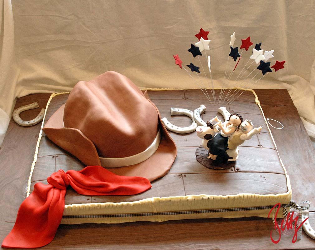 Holzoptik-Cowboy-Hut-Brautpaar-Hufeisen-Hochzeitstorte-Betty