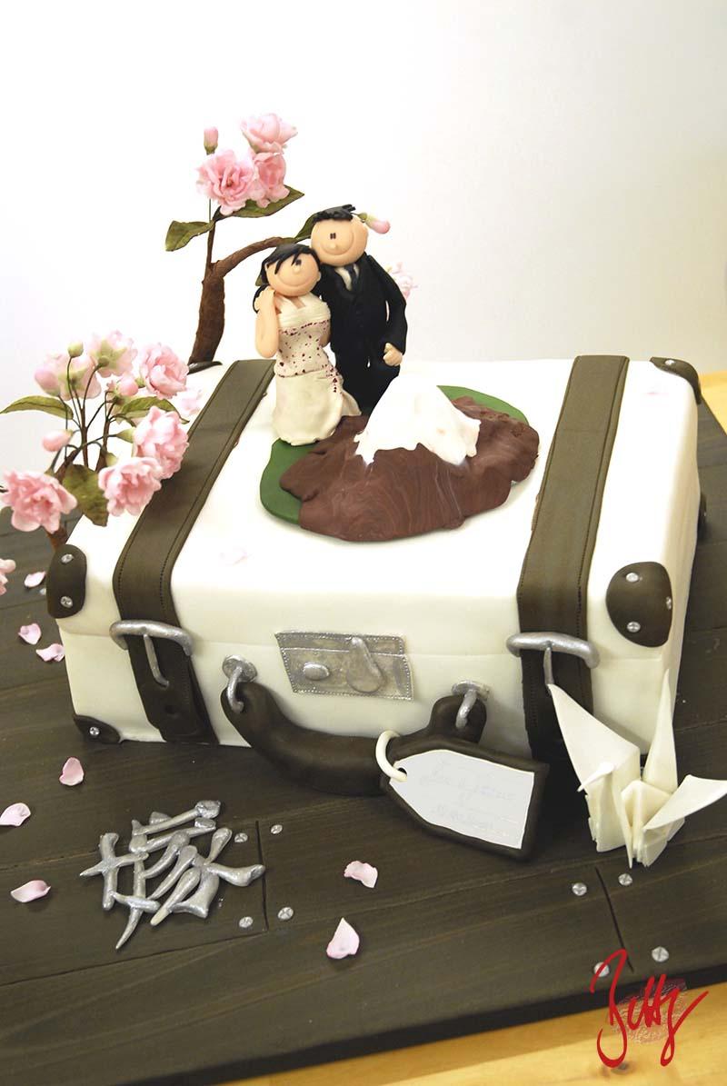 Koffer-Holzoptik-Brautpaar-Hochzeitstorte-Motivtorte-Reisen-Betty
