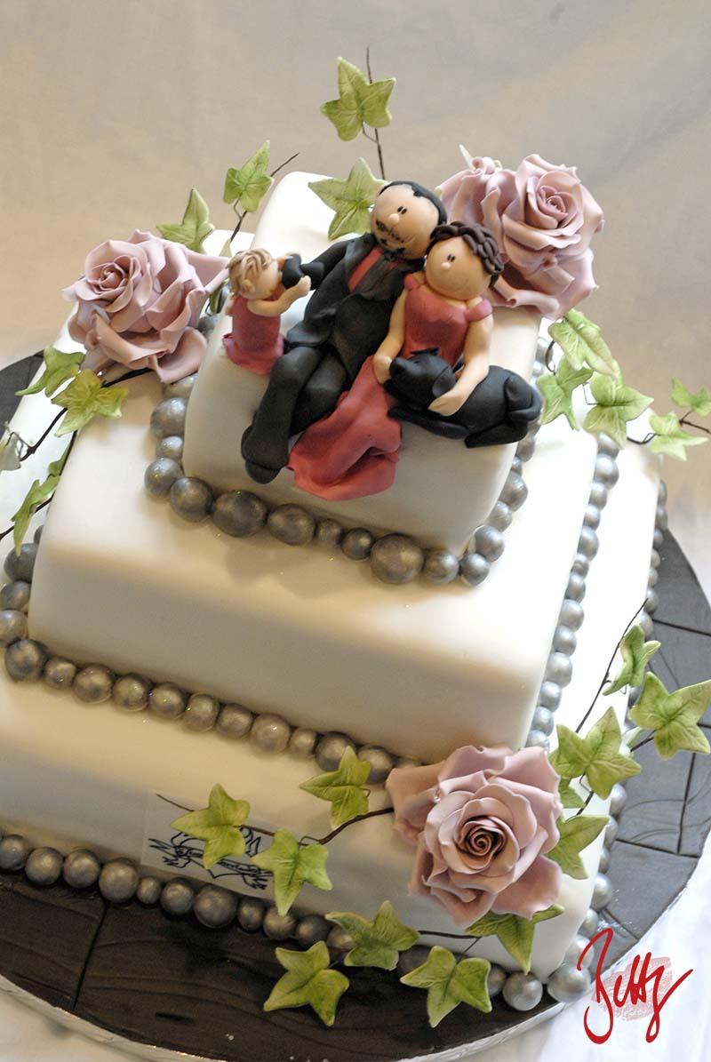 Motivtorte-Fondant-Holzoptik-Brautpaar-mit-Kind-Hochzeitstorte-Betty