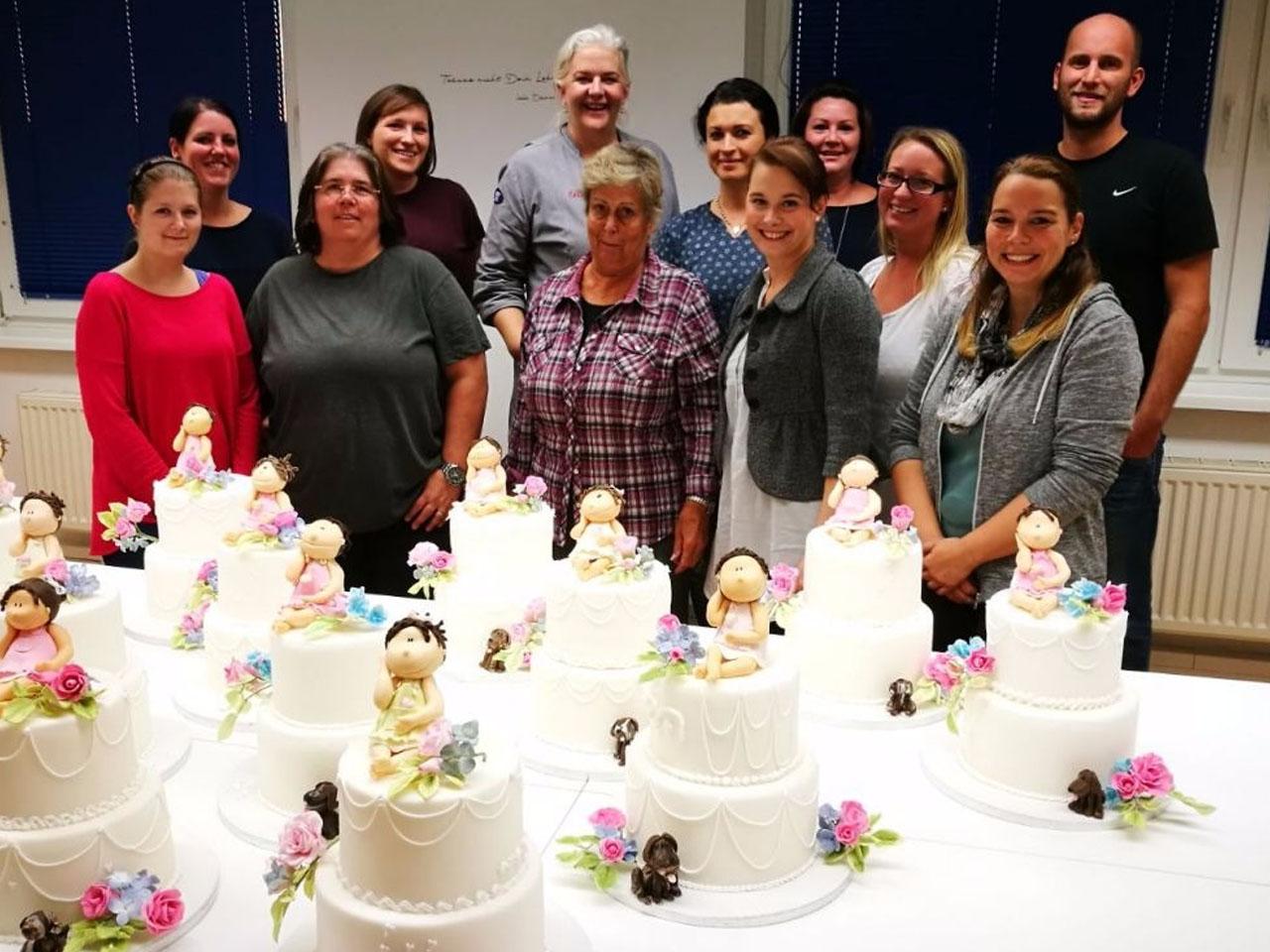 Glückliche und zufriedene Teilnehmerinnen und Teilnehmer bei Cakes Decor & More in Wien