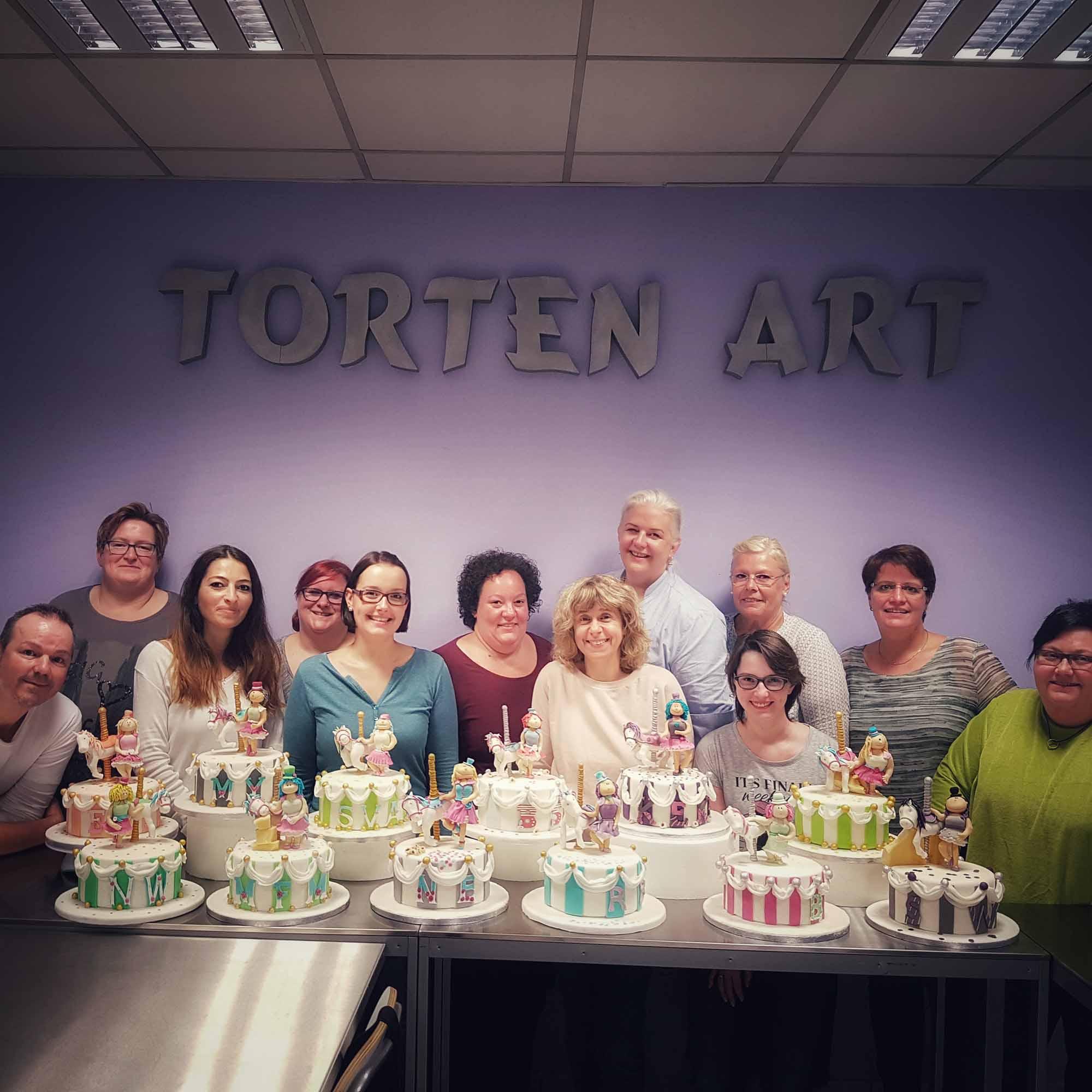 Reisetagebuch - Gruppenfoto mit Torten und TeilnehmerInnen bei Torten-Art